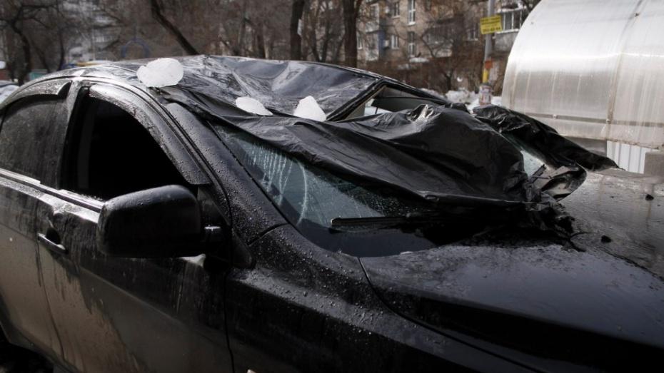 ВВоронеже глыбы льда пробили крышу и ветровое стекло припаркованной иномарки