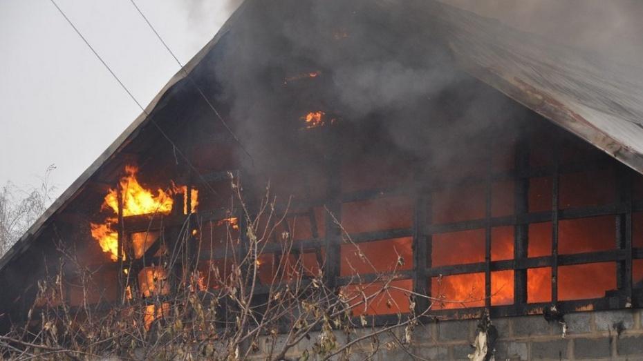 В рамонском селе сгорел дом многодетной семьи