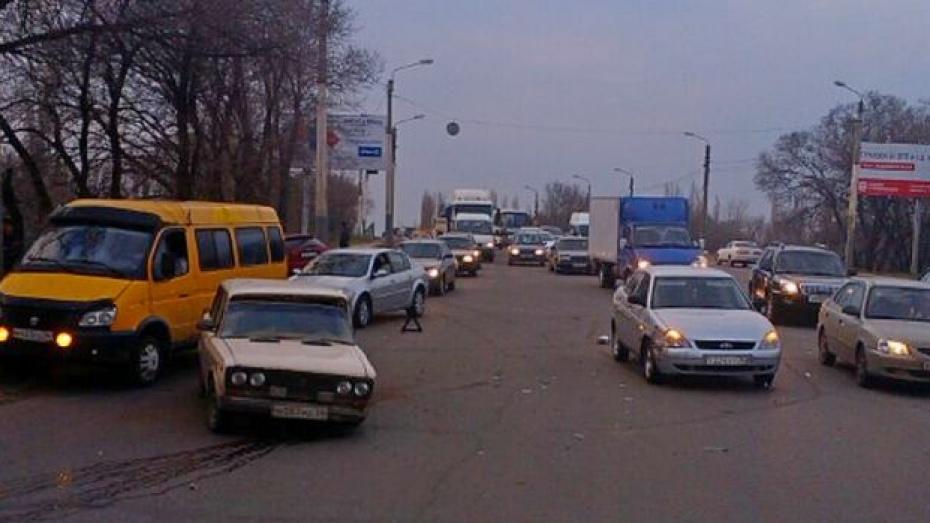 В Воронеже на улице Новосибирской иномарка врезалась в столб
