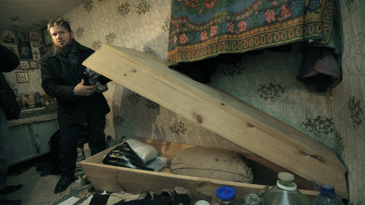 Житель Воробьевского района вот уже 15 лет спит возле собственного гроба