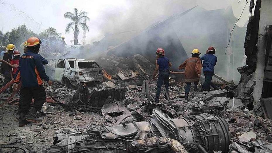 В Индонезии при падении военного самолета на город погибли 38 человек