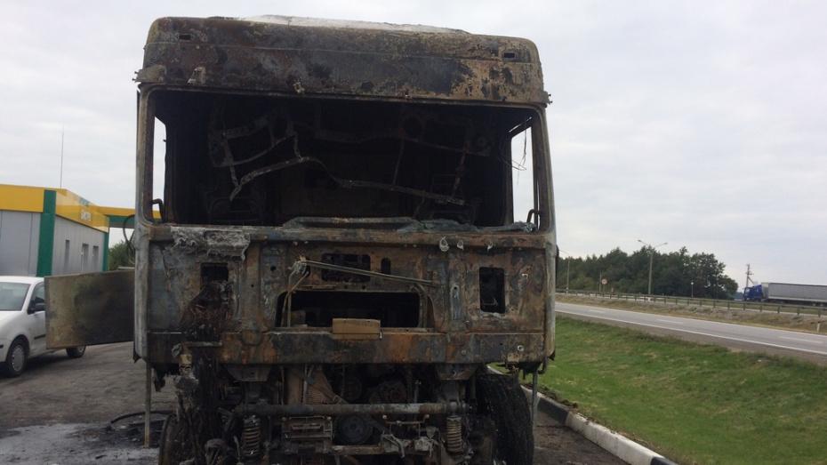В Богучарском районе на трассе М-4 «Дон» из-за взрыва топливного бака сгорела фура