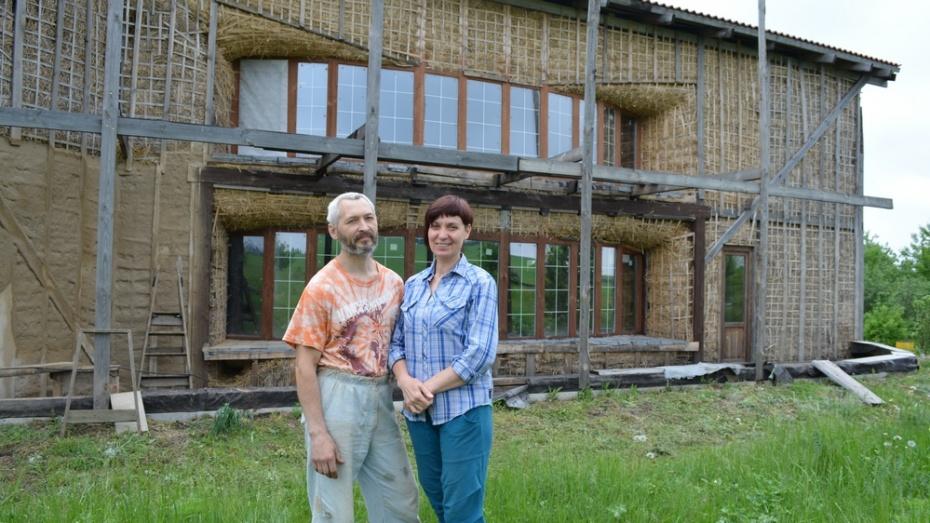 В Нижнедевицком районе семья построила дом из соломы