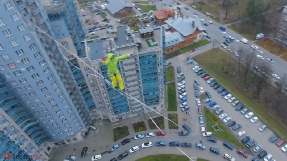 Воронежские экстремалы прошли по канату на высоте 100 м в Питере