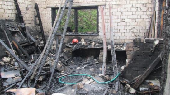 В Хохольском районе от удара молнии сгорел дом