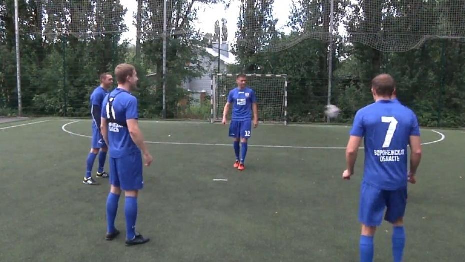 Полицейские Воронежской области показали трюки с мячом в поддержку сборной России по футболу