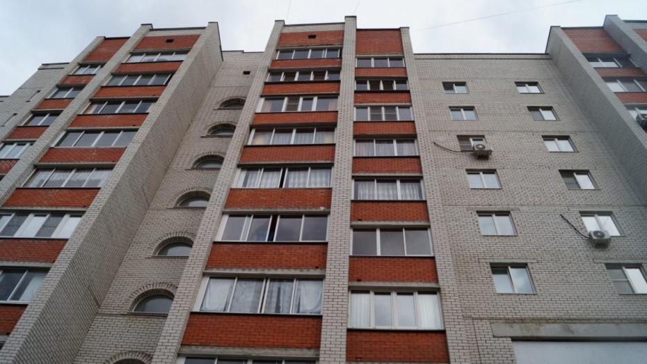 Очевидцы: в Воронеже мужчина выпал с балкона 4-го этажа