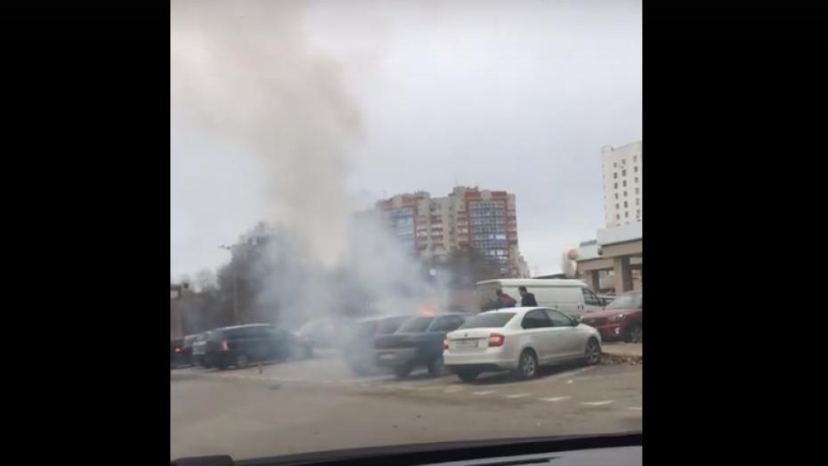 Полыхающая у банка в Воронеже иномарка попала на видео