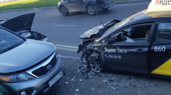 В Воронеже в ДТП с 5 автомобилями пострадала пассажирка такси