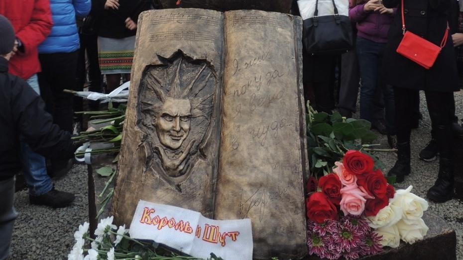 В Воронеже установили монумент панк-музыканту Михаилу Горшеневу