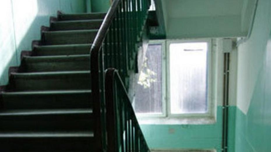 23-летний воронежец повесился в подъезде дома любимой девушки