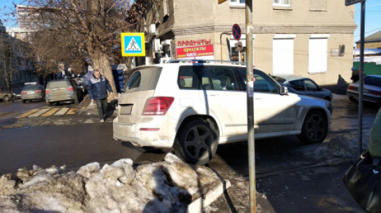 В Воронеже автохама на Mercedes-Benz оштрафовали после поста в соцсети