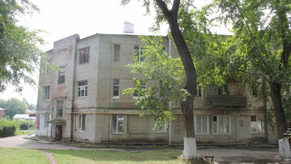 В аварийном доме под Воронежем на кровать рухнул кусок кирпичной стены