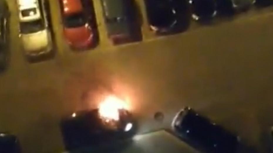 Всети интернет опубликовали видео поджога машины на стоянке вВоронеже