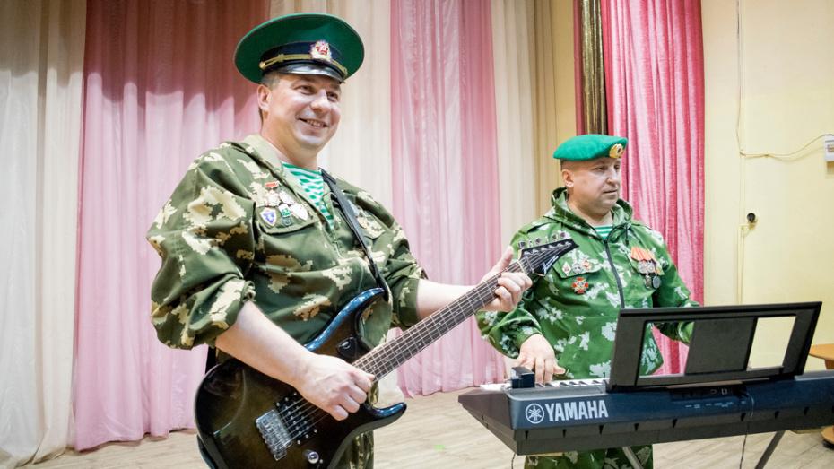 В Лисках ветераны-пограничники создали вокально-инструментальный дуэт