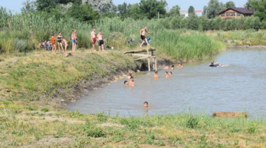 В подгоренском хуторе Луговом отдыхающие по собственной инициативе очистили пляж от мусора