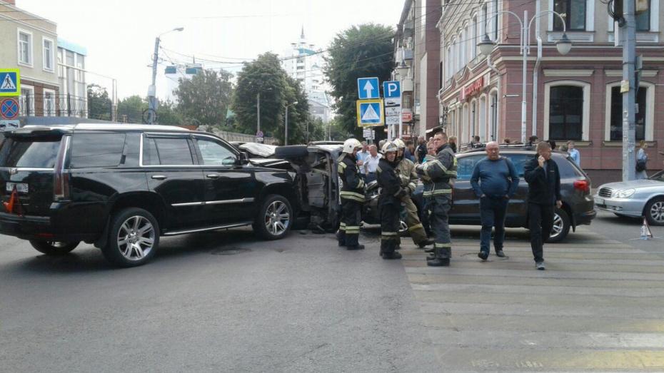 В центре Воронежа в массовом ДТП перевернулся микроавтобус