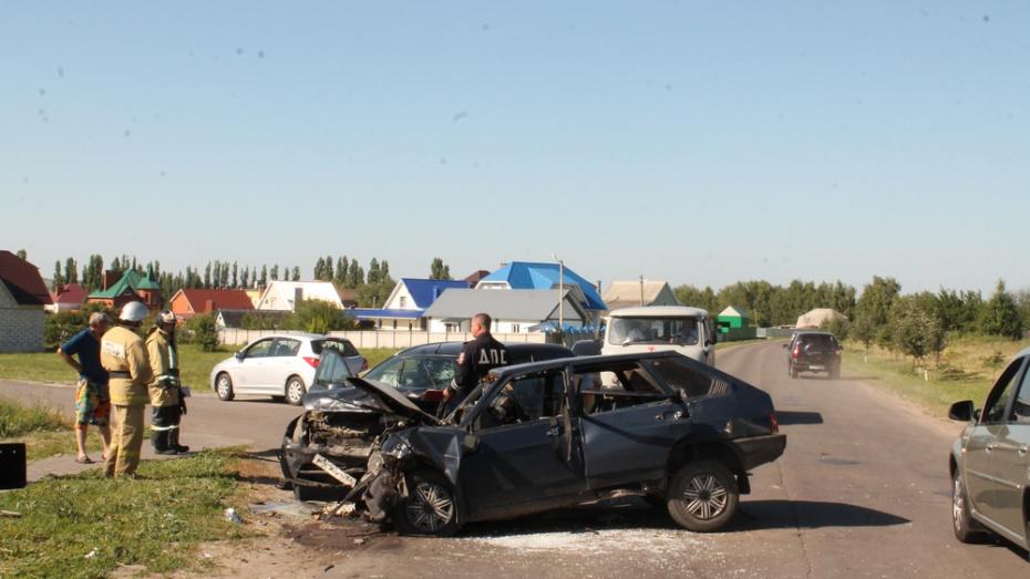 Под Воронежем столкнулись ВАЗ и Ford: пострадали 3 человека