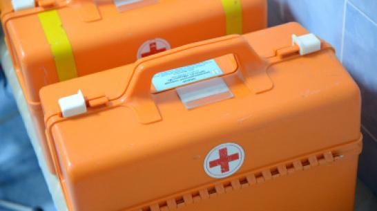 В Воронеже иномарка врезалась в фонарь: 3 человека пострадали
