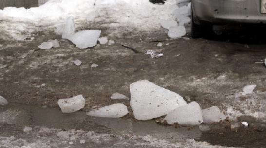 В Коминтерновском районе Воронежа на мужчину упала глыба снега