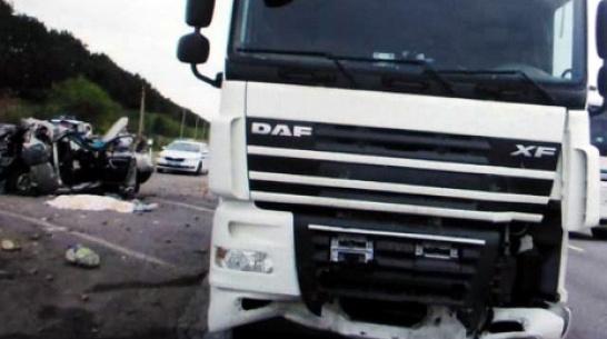 В Воронежской области грузовик снес стоящую машину и убил 2 человек