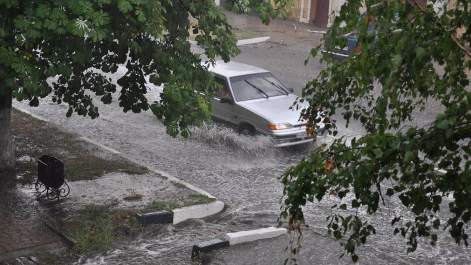 В Павловске ливень затопил дороги и тротуары