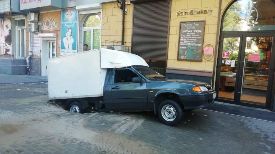 В центре Воронежа фургон провалился под землю из-за коммунальной аварии