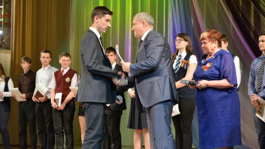 В Россоши наградили самых умных школьников