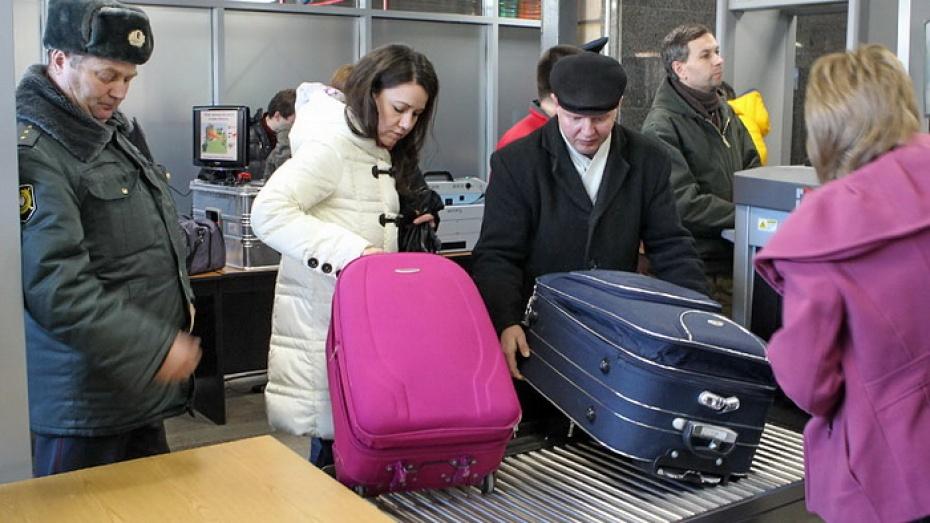 На железнодорожном вокзале в Воронеже пассажиров проверяют с помощью интроскопов