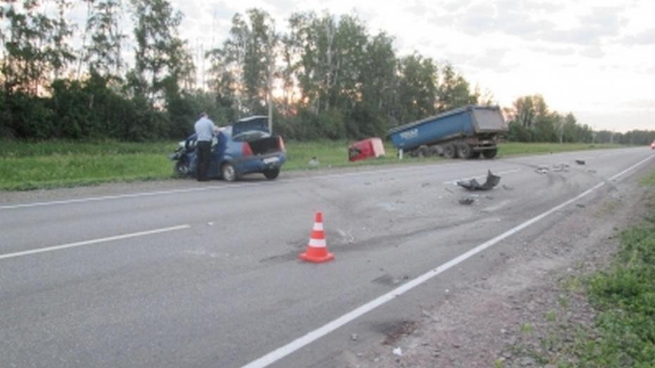 Грузовик Mercedes и легковой Renault столкнулись в Воронежской области: один погибший