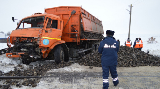 В Воронежской области на переезде столкнулись маневровый поезд и КамАЗ со свеклой