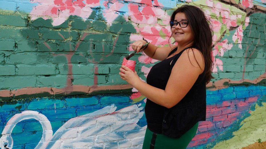 В богучарском селе художница расписала 26-метровую стену котельной
