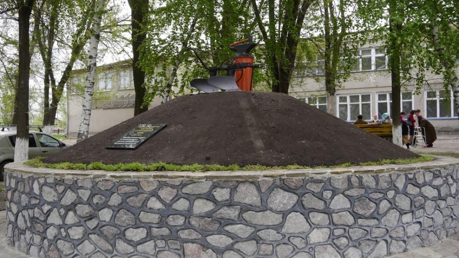 В Верхнемамонском районе появился памятник труженикам тыла