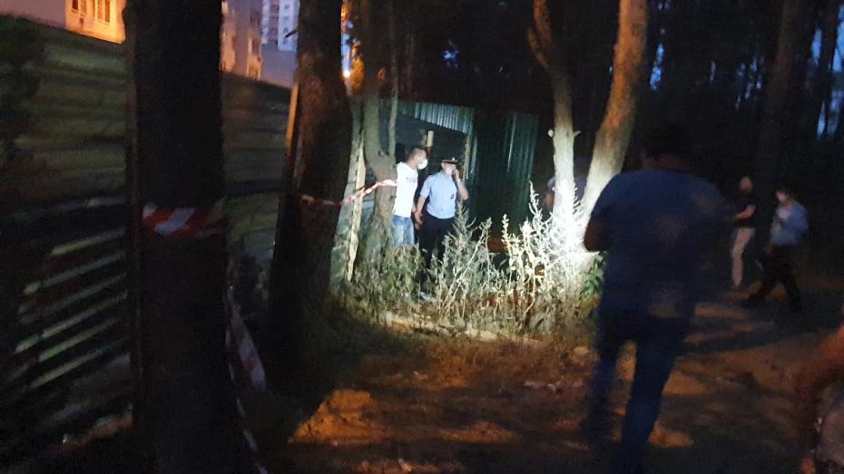 Воронежцы разломали забор в Северном лесу, где ранили мужчину (ВИДЕО)