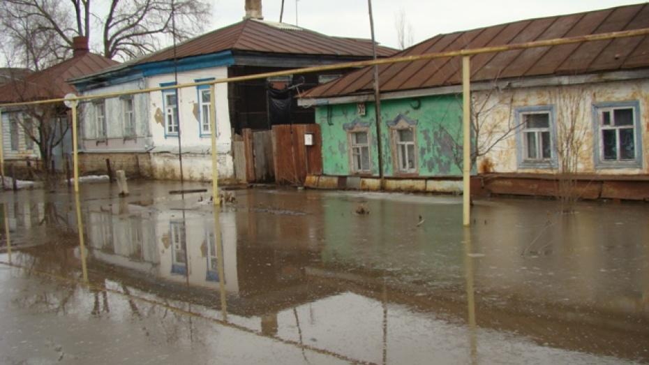 В Новохоперске талая вода залила улицу Привокзальную