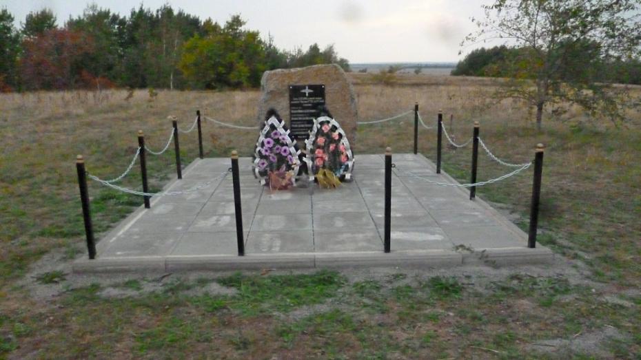 В Богучарском районе благоустроили памятник погибшим в ВОВ летчикам