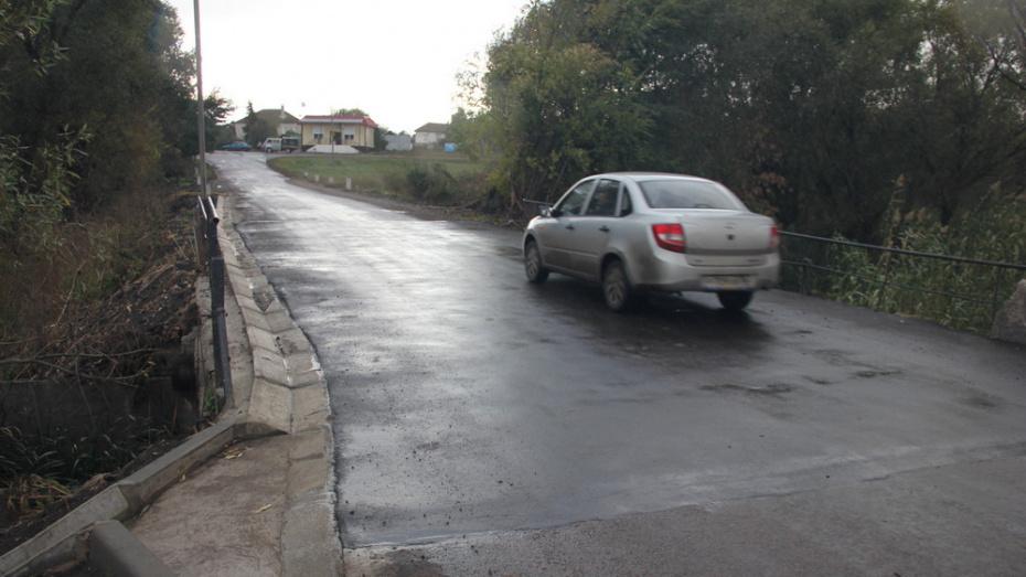 В каширском селе Красный Лог отремонтировали мост через реку Красная