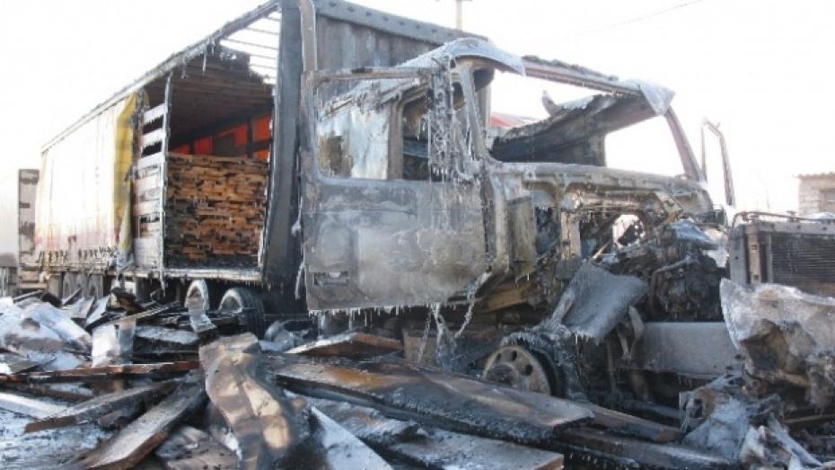 В Павловске на автостоянке заживо сгорел водитель грузовика