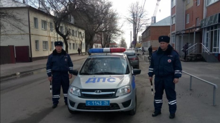 В Воронежской области экипаж ДПС помог застрявшей на грунтовой дороге автомобилистке