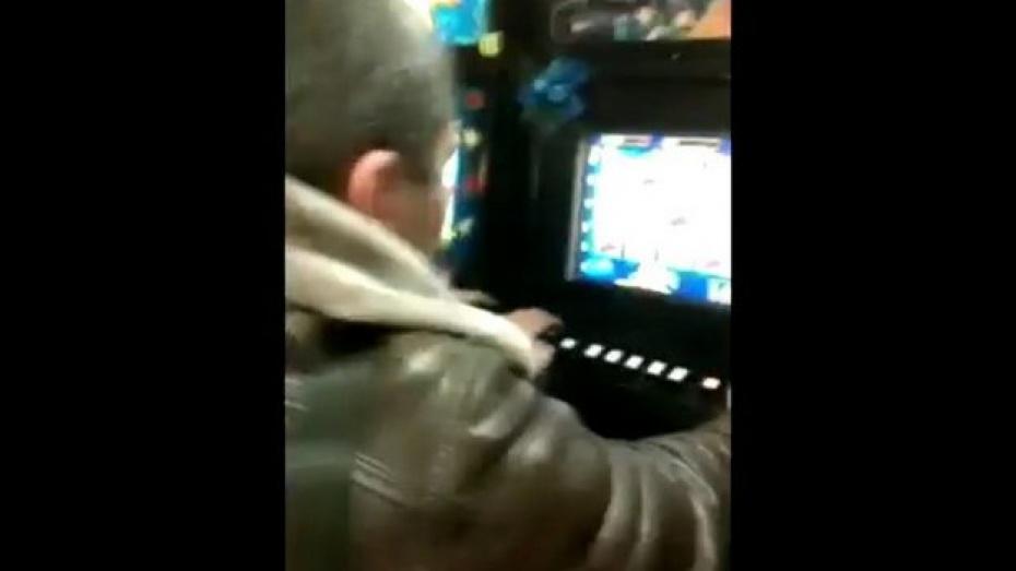 В сети появилось видео из зала игровых автоматов, который работает неподалеку от центра Воронежа