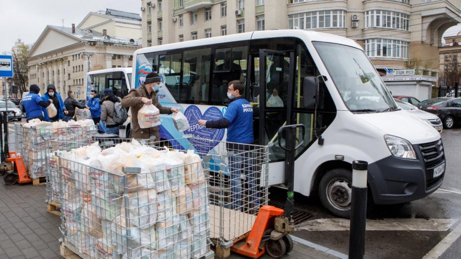 В Воронеже волонтеры начали развозить продуктовые наборы нуждающимся семьям