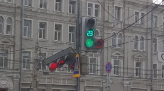 В Воронеже на перекрестке на площади Ленина покосился светофор