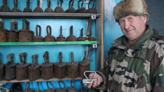 Житель терновского села Братки собрал коллекцию из 40 старинных утюгов