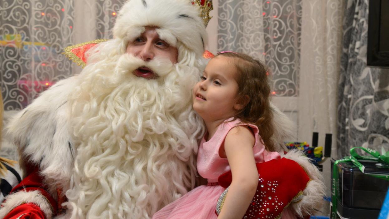 «Ты будешь ходить!». Дед Мороз подарил парализованной девочке из Воронежа 400 тыс рублей