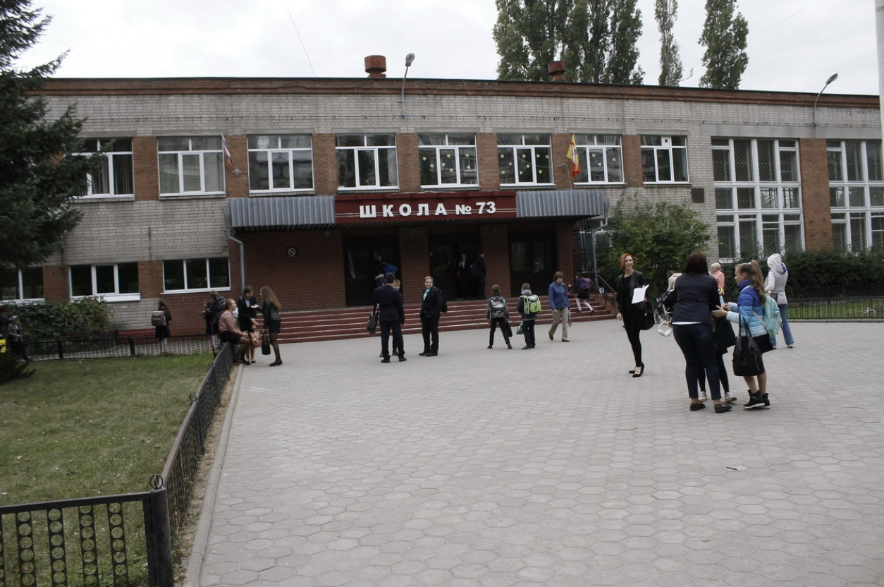 Неизвестный изпневматики выстрелил вокно воронежской школы— свидетели