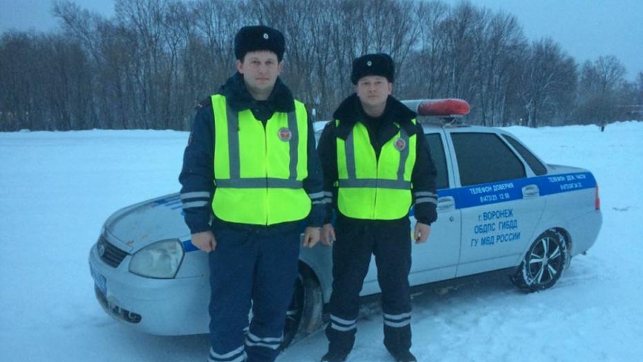 Грибановские госавтоинспекторы помогли замерзающему на трассе водителю