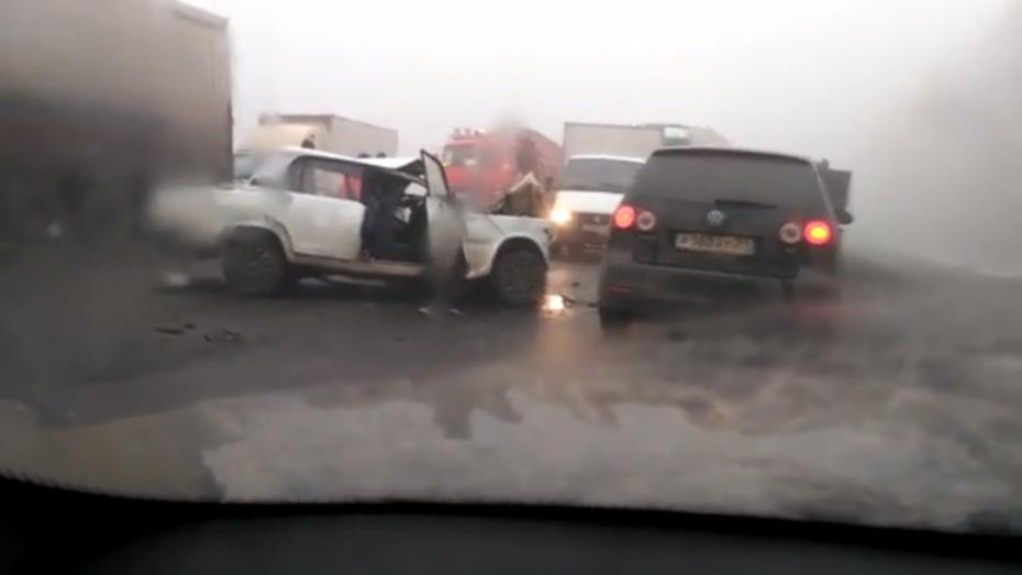 Два человека попали вреанимацию после лобового столкновения сфурой под Воронежем
