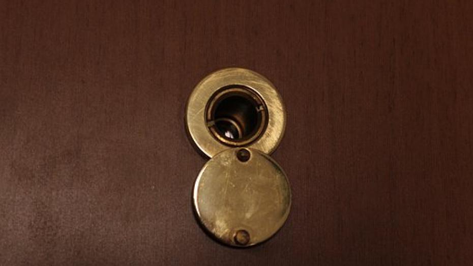 В запертой изнутри комнате общежития в Павловске обнаружили мертвого мужчину