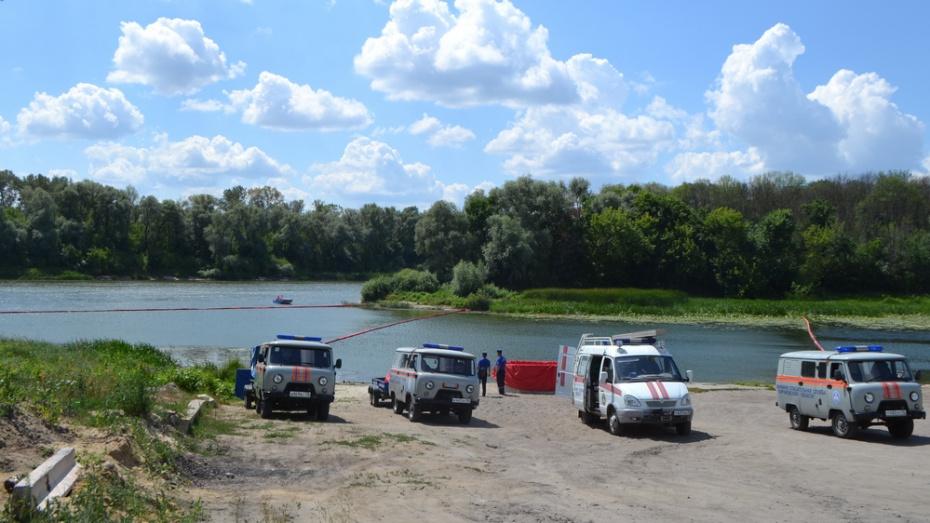 В Павловске спасатели области отработали навыки действий при разливе нефтепродуктов в реку