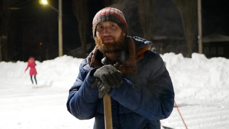 Житель Борисоглебска по своей инициативе стал чистить от снега городской каток
